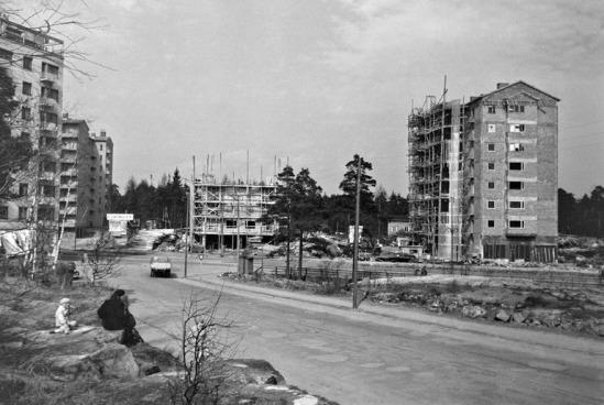 1950 . Mannerheimintien ja Topeliuksenkadun risteys. Mannerheimintie 77 ja 75 rakenteilla.